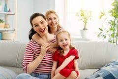 Mutter- und Tochterspielen lizenzfreie stockfotos