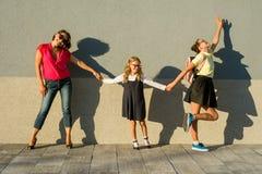 Mutter- und Tochterstudentenhändchenhalten geht zur Schule Lizenzfreie Stockfotografie
