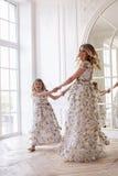 Mutter- und Tochtertanzen im Spiegel Lizenzfreies Stockfoto