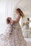 Mutter- und Tochtertanzen im Spiegel Stockfotos