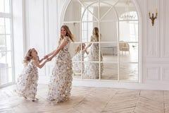Mutter- und Tochtertanzen im Spiegel Stockbild