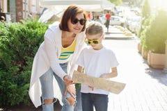 Mutter- und Tochtertourist, der die Karte auf der Straße von Eur betrachtet Lizenzfreies Stockfoto