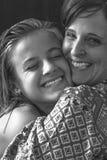 Mutter- und Tochterumarmen Lizenzfreie Stockbilder