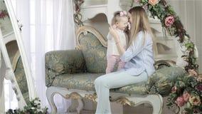 Mutter- und Tochterumarmen stock video