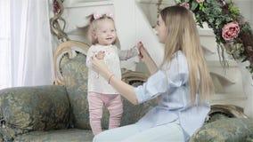 Mutter- und Tochterumarmen stock video footage