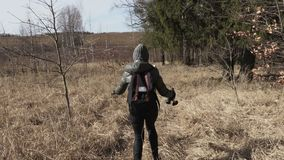 Mutter- und Tochterversuch, der richtigen Weg auf ländlichem Weg findet Wandern des Konzeptes stock video footage