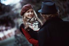 Mutter- und Tochterweg im Park stockfotografie