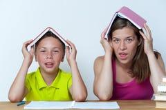 Mutter- und Tweenkind, das Spaß zusammen hat Lizenzfreies Stockbild