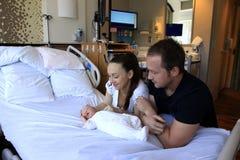 Mutter und Vater mit ihrer neugeborenen Tochter stockfotografie