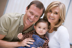Mutter und Vater mit jungem Sohn Lizenzfreie Stockfotografie