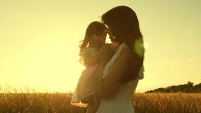 Mutter und wenig Tochter spielen auf einem Feld des reifen Weizens Mutter geht mit einem Kind auf einem Gebiet mit Weizen gl?ckli stock video