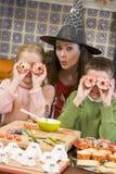 Mutter und zwei Kinder am Halloweenspielen Stockfotografie