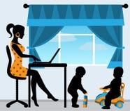 Mutter und zwei Kinder im Raum Lizenzfreies Stockfoto
