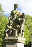 Mutter und zwei Kinderstatue Stockbilder