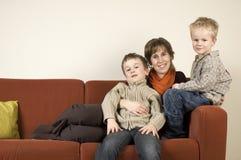 Mutter und zwei Söhne 1 Stockbild