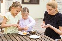 Mutter und zwei Töchter bereiten sich für Feiertag Ostern-kleine Kuchen vor Lizenzfreie Stockfotografie