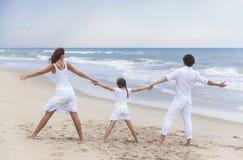 Mutter-Vater Girl Child Family auf Strand-Händchenhalten Stockfotografie