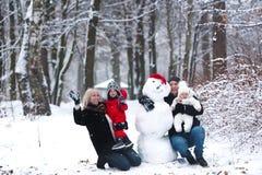 Mutter, Vater, Sohn, Tochter und Schneemann Lizenzfreies Stockbild