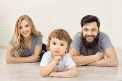 Mutter-Vater Son Lying auf Boden Studioporträtaufnahme Stockfotografie