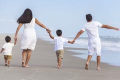 Mutter, Vater u. zwei Jungen-Kinderfamilie, die auf Strand geht stockfotos