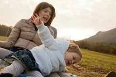 Mutter-Vater und ihre kleine Tochter Lizenzfreie Stockbilder