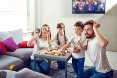 Mutter-, Vater- und Kinderspiel zusammen lizenzfreie stockfotos