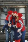 Mutter, Vater und zwei Söhne, die Spaß im Schneewinter haben Stockfoto