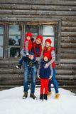Mutter, Vater und zwei Söhne, die Spaß im Schneewinter haben Stockbild