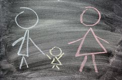 Mutter, Vati und Kind gezeichnet in Kreide auf schwarzem Schiefer als Symbol der Familienliebe stockbild