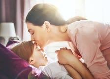 Mutter weckt das Kind auf Stockbild