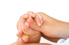 Mutter, welche die Hand ihres Schätzchens zusammenhält Stockfotografie