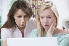 Mutter, welche die Tochter schikaniert tröstet, durch online einschüchtern stockbilder