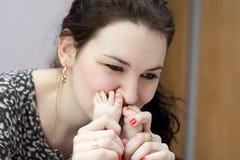 Mutter, welche die toies des Schätzchens küsst stockfoto