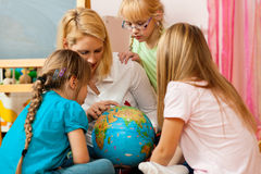 Mutter, welche die Welt ihren Kindern erklärt Lizenzfreie Stockbilder