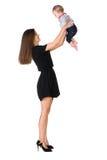 Mutter wirft Babytochter in einer Luft stockbild