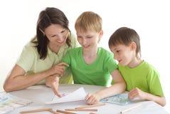 Mutter zeichnet mit seinen Söhnen Lizenzfreie Stockbilder