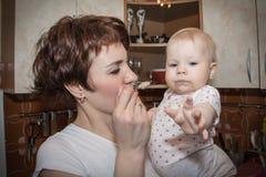 Mutter zieht das Babybabypüree ein Stockfoto