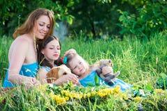 Mutter, zwei Töchter und Hund lizenzfreie stockfotografie