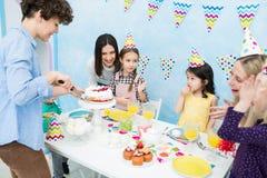 Mutterausschnittkuchen mit Messer für Kinder stockfoto
