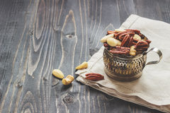 Mutterblandning Kasjuer, mandlar och pecannötter på trätabellen, med kopieringsutrymme Royaltyfri Foto