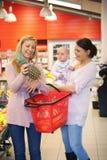 Muttereinkaufen mit Freund Stockfoto