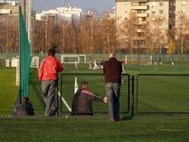 Muttergesellschaft, die Fußballspiel überwachen Stockfotos
