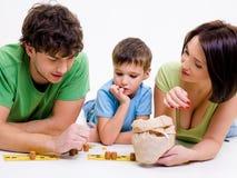 Muttergesellschaft, die zuhause mit kleinem Sohn spielen Lizenzfreie Stockfotografie