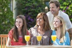 Muttergesellschaft-Kind-Familien-trinkender Saft draußen Stockfotografie