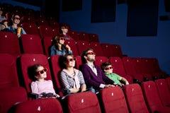 Muttergesellschaft mit den Kindern, die eine Komödie überwachen stockfoto