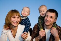 Muttergesellschaft mit jungen Zwillingen Lizenzfreie Stockfotos