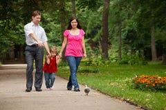 Muttergesellschaft mit Tochter gehen auf Sommergarten Stockbild