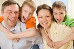 Muttergesellschaft mit zwei Kindern Lizenzfreie Stockfotos