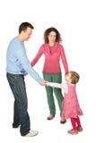 Muttergesellschaft stehen, habend verbindende Hände mit Tochter Stockfotografie