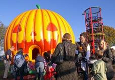 Muttergesellschaft und Kinder an einem Halloween-Festival Stockfoto